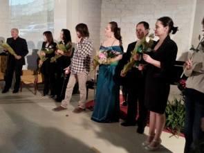 """Gli omaggi floreali del """"Giardino Parioli Fiori e libri"""" e di una fan"""