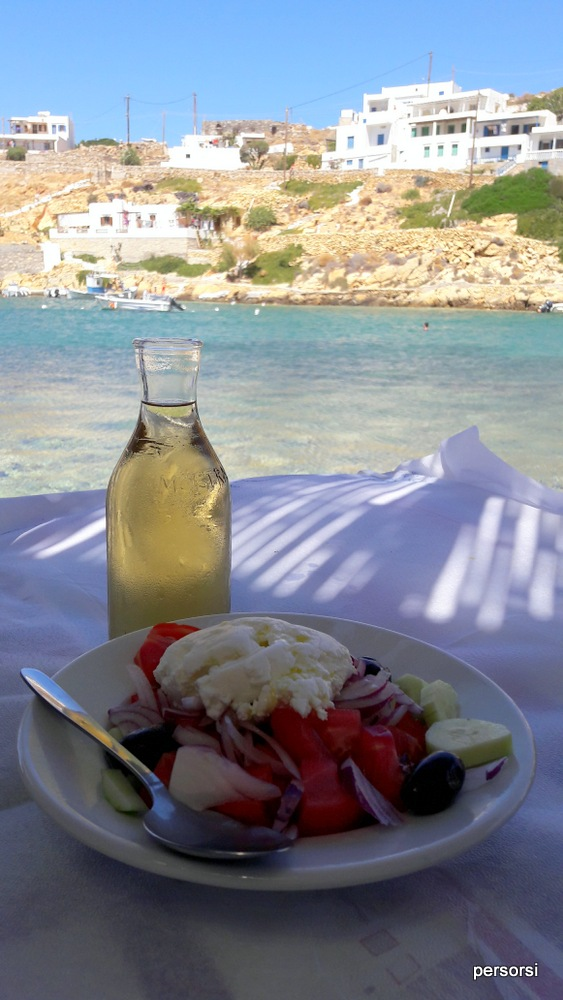 Lo so, nel piatto c'è l'insalata, ma la foto rende l'idea di come è mangiare in questo porticciolo... praticamente sull'acqua