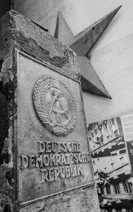 Stèle à l'entrée du musée