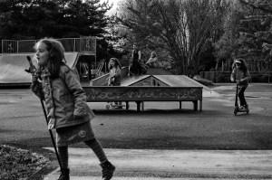 Des enfants sur un skate park