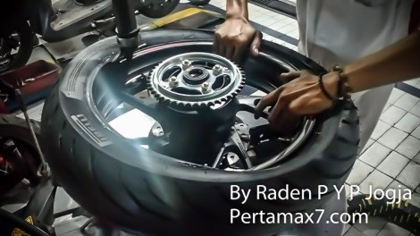 proses pemasangan pirelli angel city di all new honda CBR150R 2016