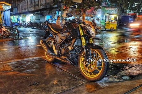 Modifikasi All New Honda CB150R Streetfire Hitam Upside Down Velg Emas 1 Pertamax7.com
