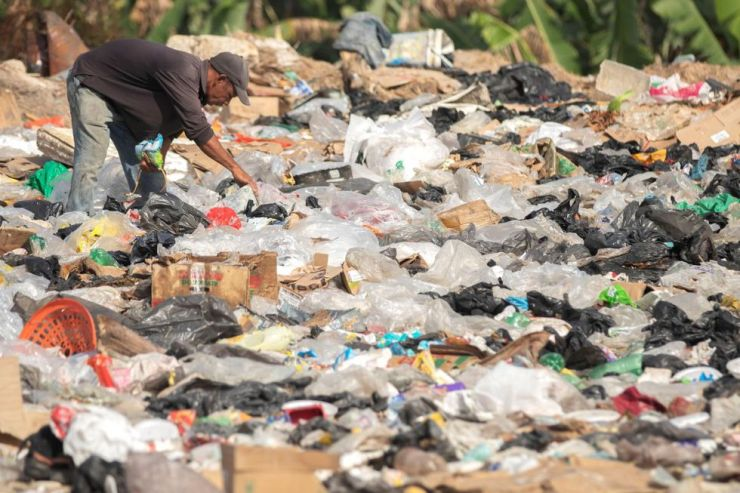 Venezolanos son vistos en el basurero municipal en la ciudad de Pacaraima, Brasil. (EFE)