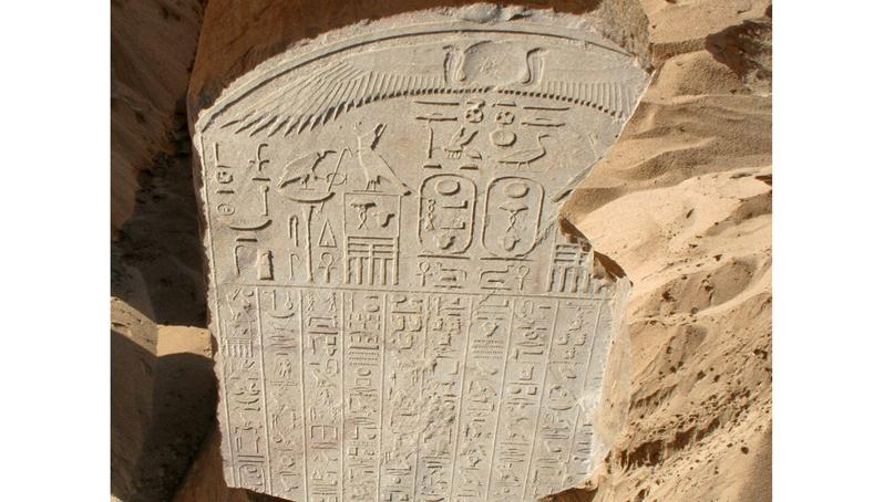 Los dos fragmentos tienen varias inscripciones en alfabeto jeroglífico (EFE)