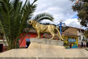 Puma, guardían de la plaza de armas de Pomabamba