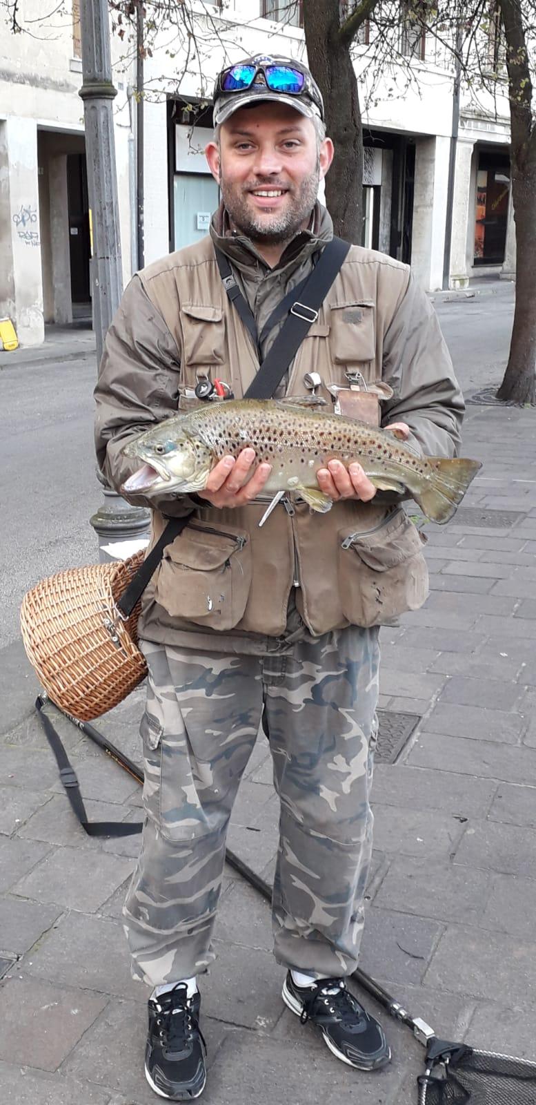 Socio Christian Ziliotto Ha carrurato e rilasciato Trota Fario da 52 cm in Zona 2 con il pesciolino siliconico. Peso stimato 2,4 KG.