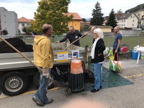 Au printemps et en automne, l'association citoyenne Peseux en mieux organise la distribution du compost produit au moyen des déchets verts du village. (Photo : S. Sintz)
