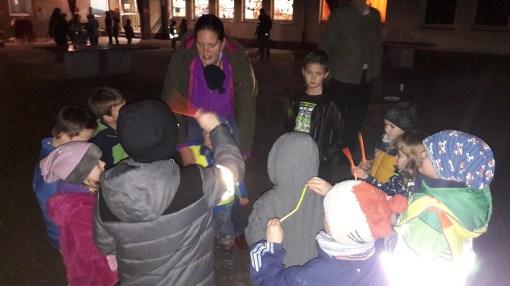Das Kreisspiel mit den leuchtenen Knicklichtern macht gerade im Dunkeln viel Spaß