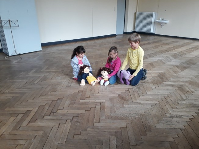 Kleingruppe beim Puppenspiel