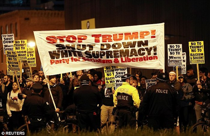 3a37433f00000578-3922344-chicago_at_trump_international_hotel_and_tower_activists_carried-a-7_1478778478173