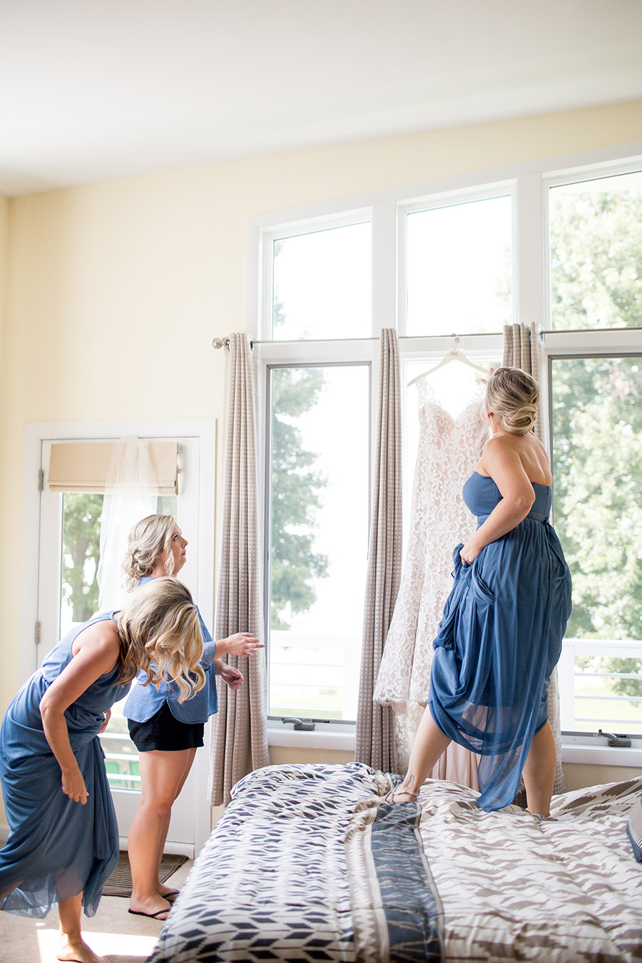 bridesmaids in the bridal suite at the inn at salem country club
