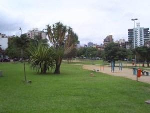 A praça Carlos Simão Arnt, a Encol, é muito boa para fazer caminhadas e levar o cachorro no cachorródromo.