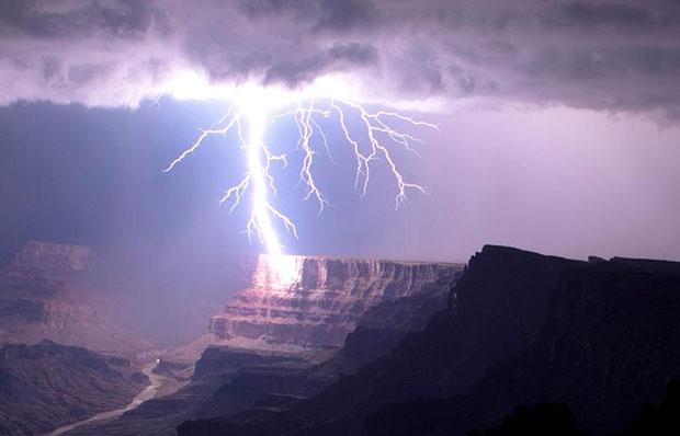 Awe Inspiring Photo of a Grand Canyon Lightning Strike grandcanyonlightning3
