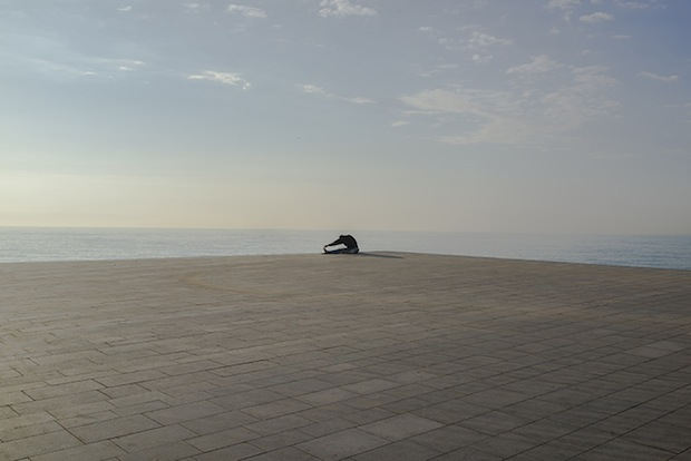 Minimalist Photos of Overcast Sunrises Over the Barcelona Sea grey8