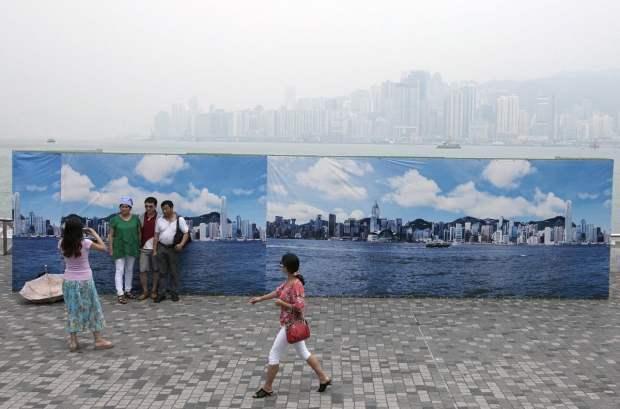 Hong Kongs Fake Skyline Banners Allow Tourists to Get Good Shots on Hazy Days hongkongskyline1