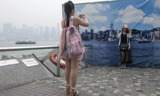 Hong Kongs Fake Skyline Banners Allow Tourists to Get Good Shots on Hazy Days hongkongskyline4