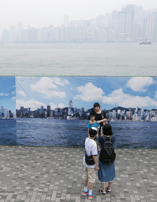 Hong Kongs Fake Skyline Banners Allow Tourists to Get Good Shots on Hazy Days hongkongskyline6