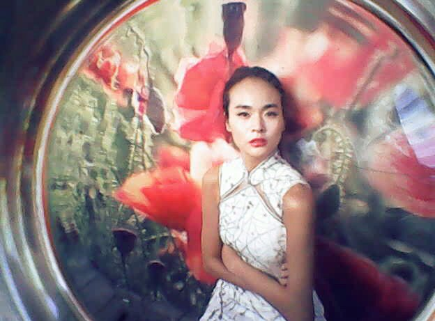 Lara Jade - 0.3-megapixel fashion photo shoot via Petapixel.com