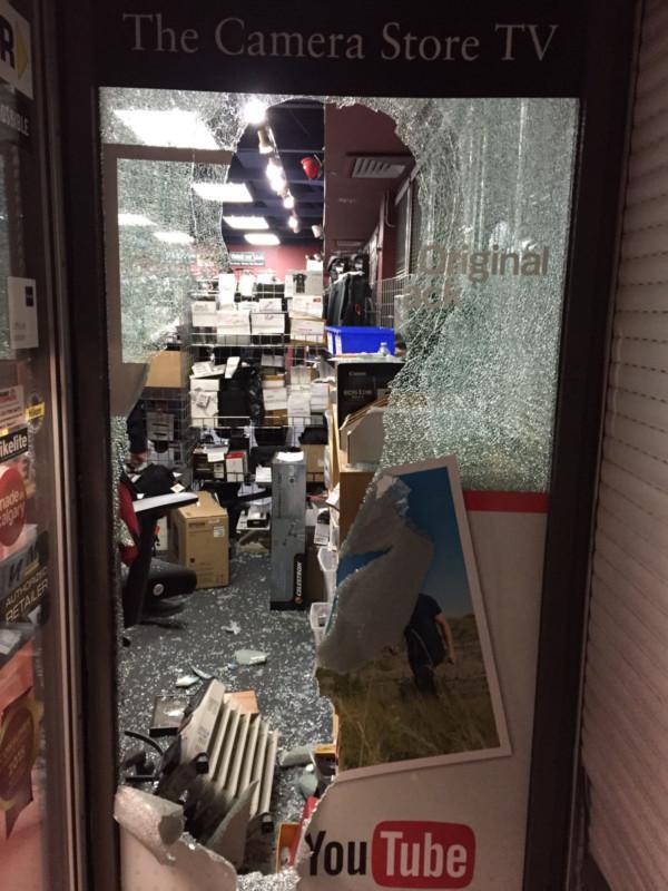 Разбитая витрина магазина