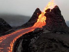 Il filmato girato con un drone sul vulcano in eruzione islandese è incredibile