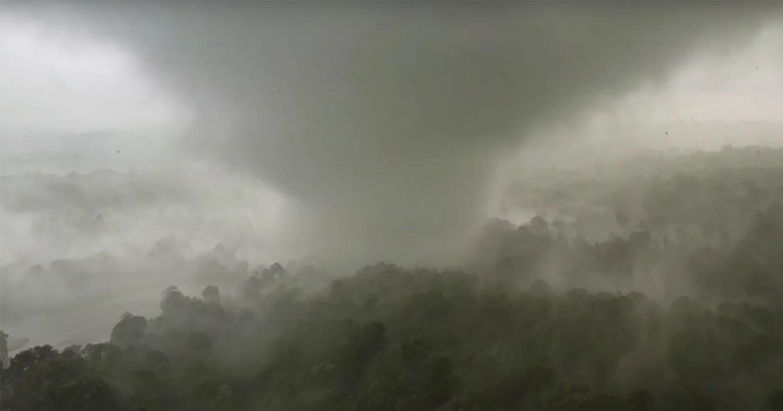 Storm Chaser perde il drone catturando riprese ravvicinate di un tornado