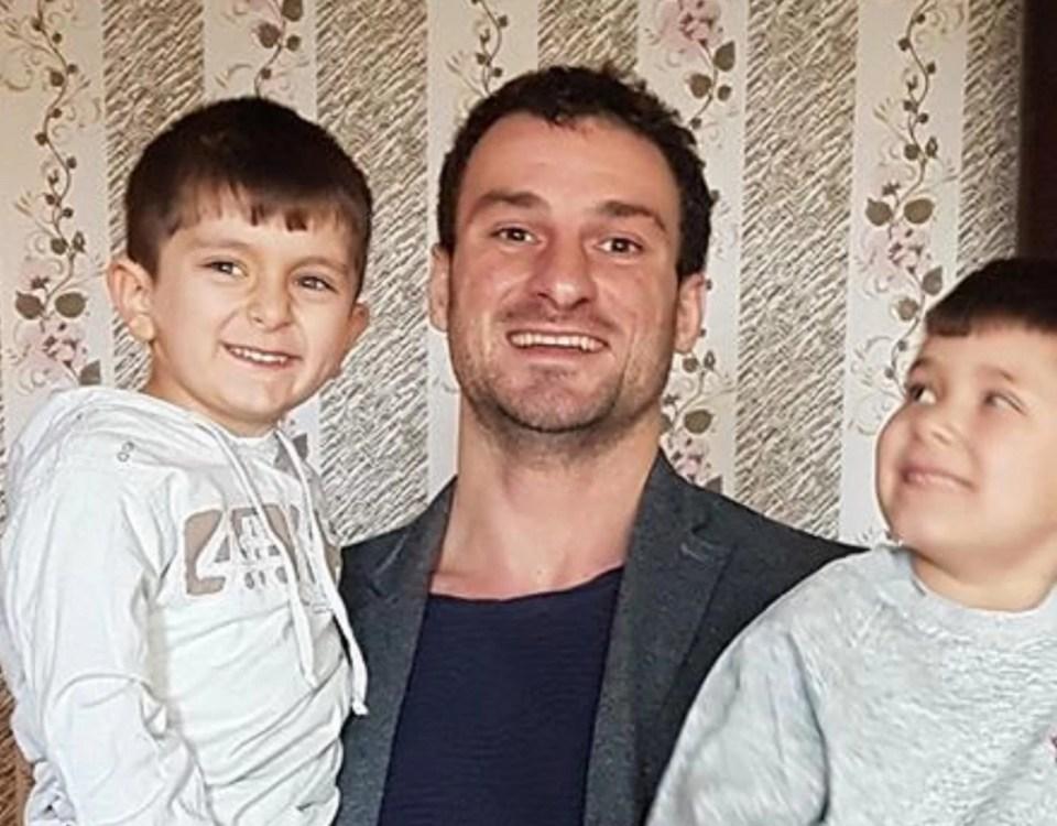 Петър Пизамов с върнатите от него деца на Даниела Колева от Сливен