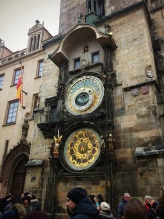 นาฬิกาดาราศาตร์ที่ทุกๆชั่วโมงจะมีรูปปั้นรูปคนออกมาขยับดุ๊กดิ๊กไปมา คนมายืนรอดูกันแน่นมากกกก