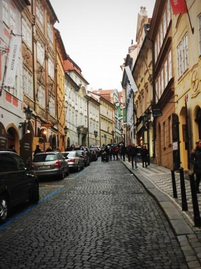 ถนนที่ทอดยาวขึ้นไปยัง Prague Castle