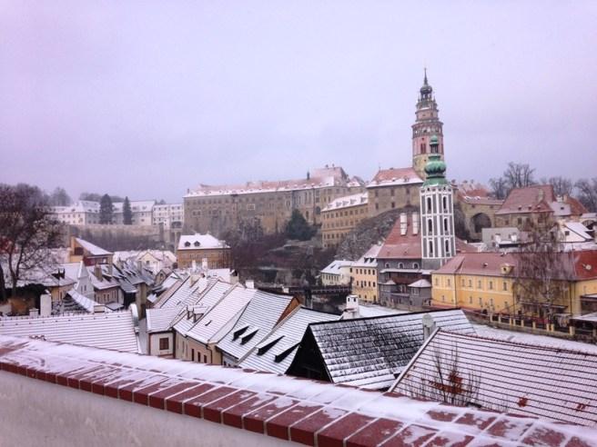 Cesky Krumlov ที่ถูกปกคลุมไปด้วยหิมะ ตึกใหญ่ๆด้านบนคือปราสาท มีหอคอยใหญ่ให้ขึ้นไปชมวิว