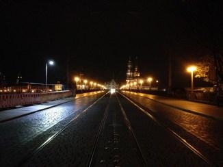 ยามค่ำคืนใน Dresden มองจากฝั่งตรงข้ามของสะพานไปยังบริเวณเมืองเก่า