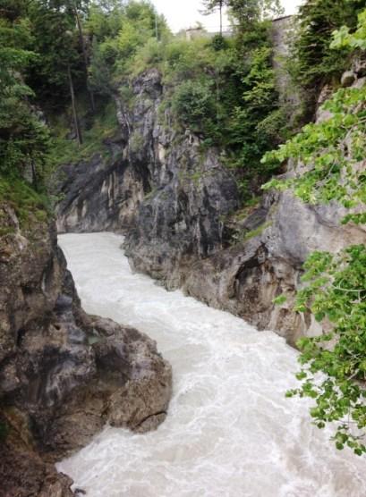 สายน้ำเชี่ยวกรากไหลลัดเลาะไปตามแม่น้ำที่ถูกขนาบข้างไปด้วยตลิ่งผาสูงชัน