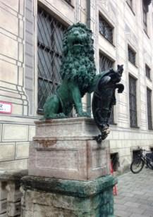 รูปปั้นรูปสิงโตตรง Odeanplatz มีความลับซ่อนอยู่