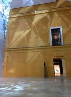พิพิธภัณฑ์ Lenbachhaus เป็นอาคารที่สร้างขึ้นมาเพื่อครอบทับส่วนหนึ่งของบ้านของ Franz von Lenbach อีกที ซึ่ง Franz von Lenbach ก็เป็นอดีตศิลปินเยอรมันที่มีชื่อเสียงมากคนหนึ่ง ทุกวันนี้ใน Lenbachhaus ก็จะมีผลงานศิลปะจากศิลปินต่างๆมากมายมาจัดแสดงอยู่ ในรูปนี้จะเห็นได้ว่าตัวบ้านที่มีผนังสีเหลืองถูกสิ่งก่อสร้างบางอย่างสร้างครอบทับไปอีกที