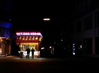 ซุ้มขายอาหารเล็กๆแบบนี้มีให้พบเห็นได้ทั่วไปใน Vienna มีทั้งซุ้มที่ขายไส้กรอก ขายเคบับ ขายพิซซ่า ขายอาหารเอเชีย