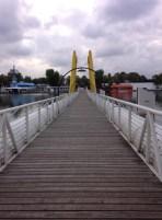 สะพานคนเดินที่ทอดข้ามไปอีกฝั่งของแม่น้ำ แม่น้ำตรงส่วนนี้จะถูกแบ่งออกเป็นสองสาย คือ Donau และ Alte Donau โดยที่มีเกาะแคบๆ Donauinsel ความยาว 21 กิโลเมตรผุดขึ้นมาอยู่ตรงกลาง ซึ่งบนเกาะนี้ส่วนใหญ่ก็จะเป็นพื้นที่สีเขียวให้คนมาพักผ่อนหย่อนใจ ที่เห็นในรูปคือสะพานเชื่อม Vienna ฝั่งตะวันออกของแม่น้ำ Neue Donau (ฝั่งเมืองใหม่) กับ Donauinsel