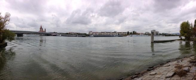 วิวของฝั่งตะวันออกของแม่น้ำ Donau จากบนเกาะ Donauinsel