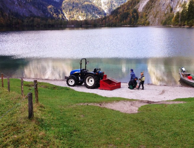 ลูกๆชาวไร่ช่วยพ่อตักก้อนหินริมทะเลสาบใส่รถ