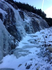 น้ำตกที่กลายเป็นน้ำแข็ง และทางเดินที่มีน้ำแข็งเคลือบอยู่ เหยียบได้แค่ตรงที่เป็นหิมะ ไม่ก็ตรงที่เป็นกรวดด้านข้างเท่านั้น แท่งสีดำที่ยื่นออกมาคือแท่งที่เค้าปักไว้ให้คนยึดไว้กันลื่น