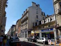 สภาพบ้านเรือนริมถนนทั่วๆไปของเมือง Rennes ดูมีความเป็นสถาปัตยกรรมฝรั่งเศสที่หรูหราในสภาพบ้านเรือนที่บ้านๆ น้อยแต่มาก เรียบแต่โก้ ไฮแฟชั่น