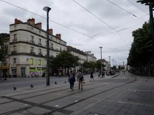 Cours des 50 Otages ถนนสายใหญ่ที่ตัดแบ่งใจกลางเมืองออกเป็น 2 ส่วน