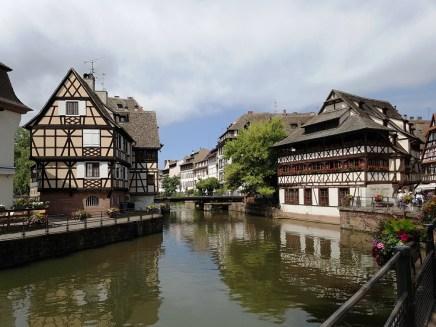 เมือง Strasbourg จะขึ้นชื่อเรื่องบ้านครึ่งปูนครึ่งไม้ที่มีอยู่เต็มไปหมดทั้งเมือง