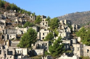 kayakoy---turquia-no-ano-de-1923-com-o-intuito-de-resolver-conflitos-religiosos-os-governantes-da-grecia-e-turquia-assinaram-um-acordo-em-que-os-gregos-ortodoxos-que-viviam-na-turquia-iriam-para-a-1365462835332_750x500