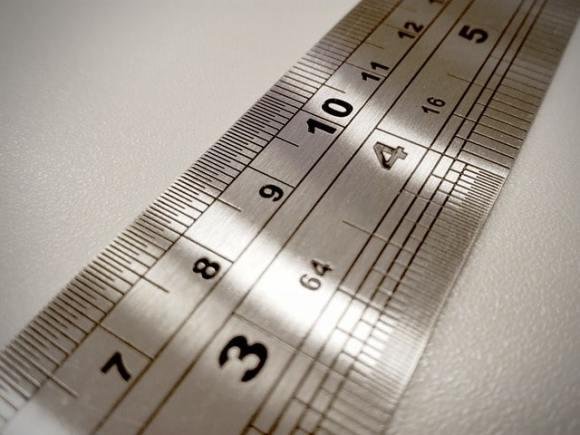 Ausschnitt eines Maßbandes mit zwei verschiedenen Meßskalen.