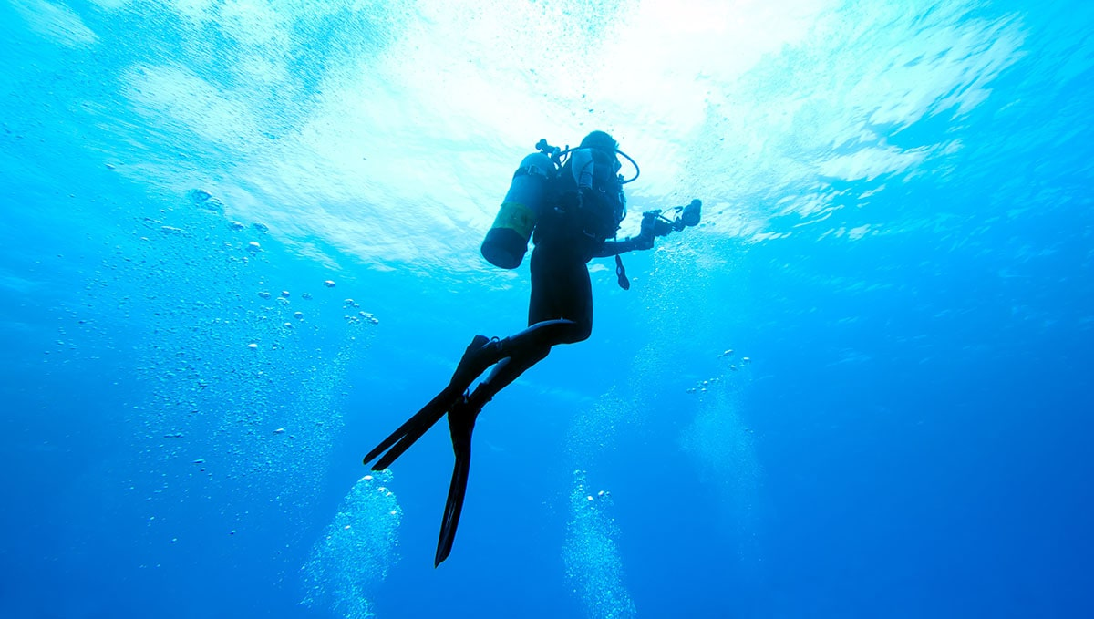 Taucher beim Auftauchen (Scuba diver rising to the surface)
