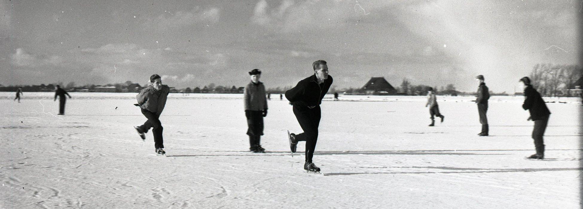 schaatsers in een Fries landschap