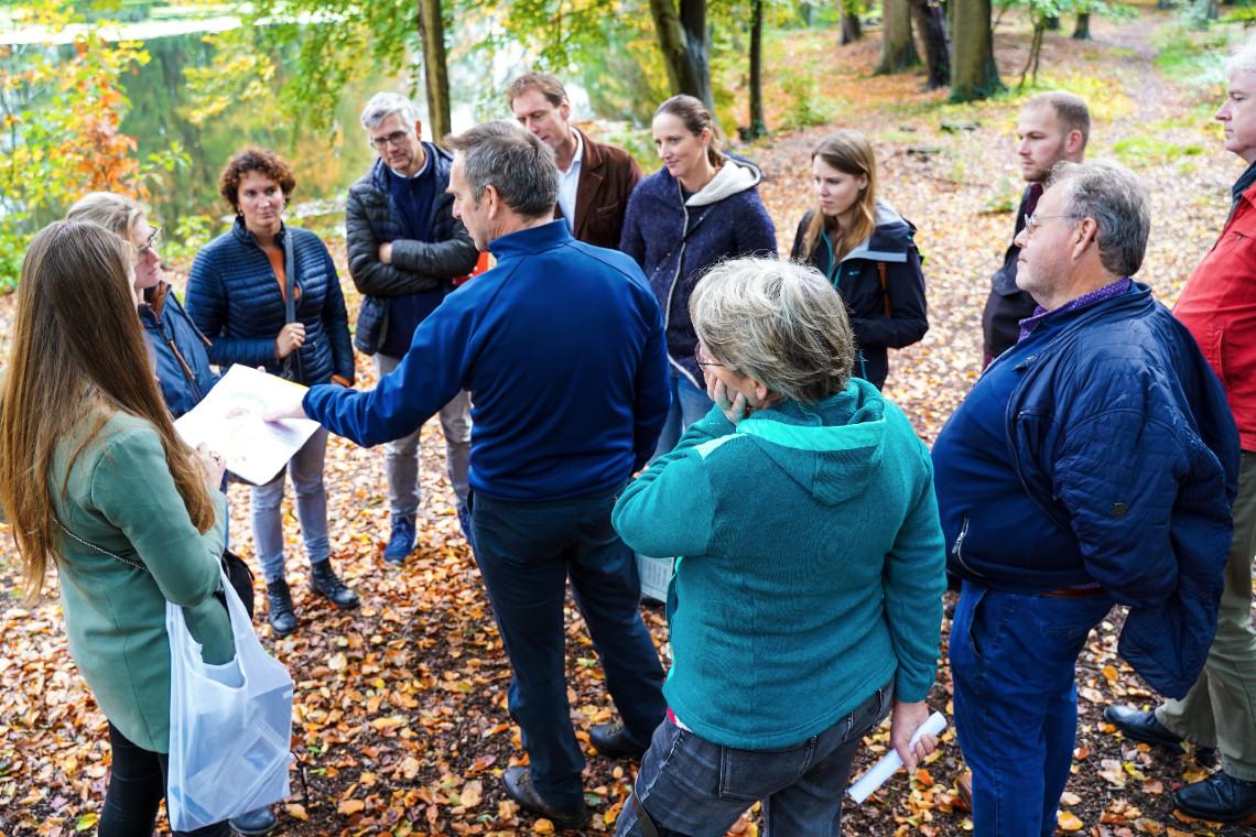 Peter de Ruyter spreekt de projectgroep IJsselvallei toe.