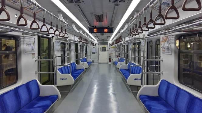 텅 빈 지하철
