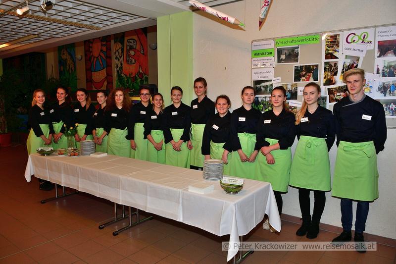 viele Schülerinnen und ein männliches Wesen sorgten für die Kulinarik