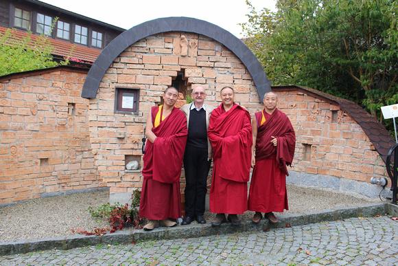 Mit Gastgeber Josef Bachleitner vom Moosdorfer Friedensdialog vor dem Friedensdenkmal (© Sandy Reindl)