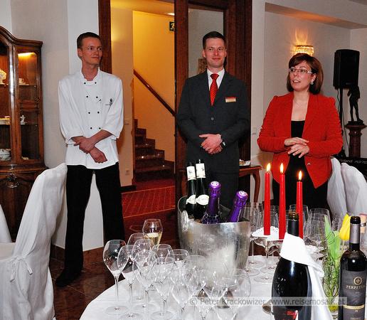 """von links: """"Chef de Cuisine"""" Markus Mayr, Maître d'hôtel Wolfgang Holzinger und Samantha Teufel, Directrice"""